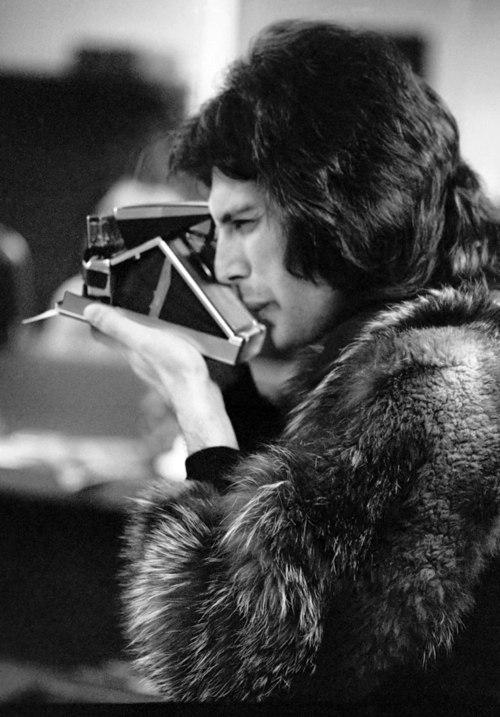 Фредди Меркьюри  и его Polaroid. 1977 год