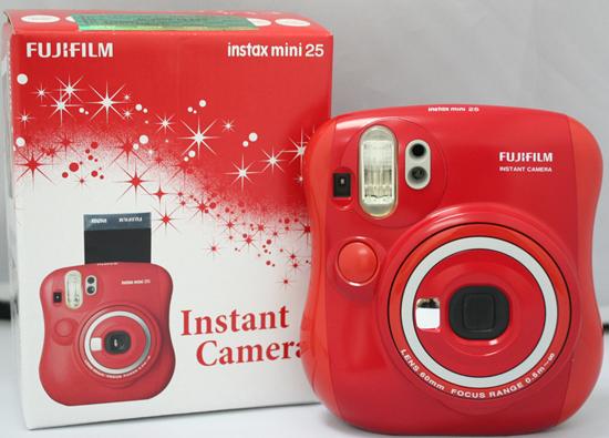 Фотоаппарат Fuji Instax 25 Mini красного цвета. 6990 руб.